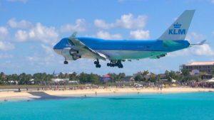 Самолет над плаж