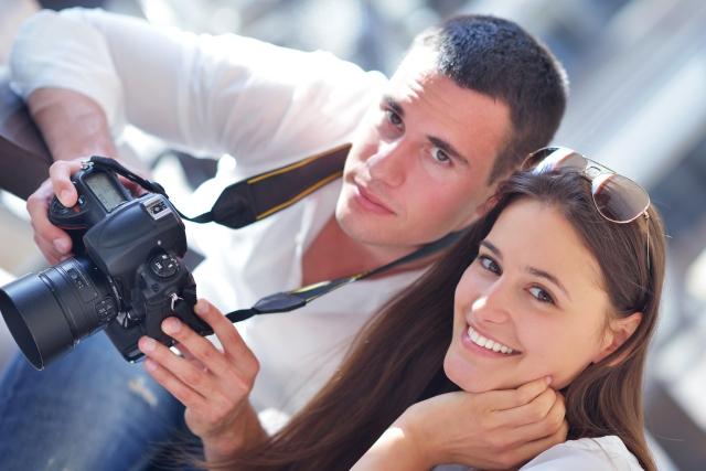 млади хора с камера